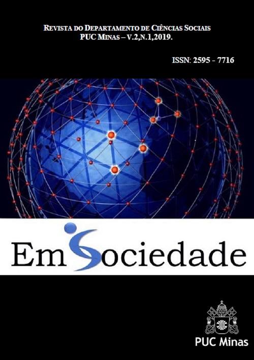 Capa da Revista do departamento de Ciências Sociais PUC Minas - Volume 2, numero 1 do ano de 2019 ... ISSN. 2595 - 7716, A imagem contem em letras grandes EM SOCIEDADE, e em baixo o simbolo da PUC Minas (que é duas chaves se encontrando).